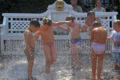 Frolic детей в двигателях фонтана стоковое изображение