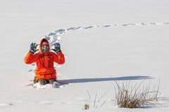 Frolic мальчика в зиме стоковая фотография rf
