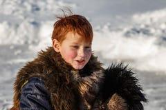 Frolic мальчика в зиме стоковое фото