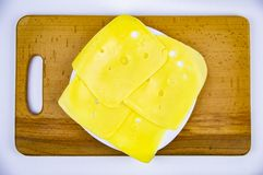 Fromage à pâte dure coupé en tranches sur une planche à découper en bois photographie stock