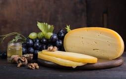 Fromage à pâte dure néerlandais Maasdam ou Emmental, fromage avec des trous et fromage de chèvre dur blanc Fromage entier, slisec photo stock