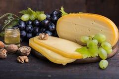 Fromage à pâte dure néerlandais Maasdam ou Emmental, fromage avec des trous et fromage de chèvre dur blanc Fromage entier, slisec image libre de droits