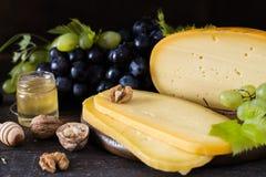 Fromage à pâte dure néerlandais Maasdam ou Emmental, fromage avec des trous et fromage de chèvre dur blanc Fromage entier, slisec photo libre de droits