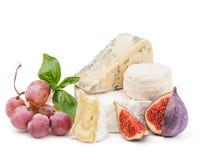 Fromage à pâte molle avec des raisins et des figues d'isolement sur le blanc Image stock