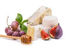 Fromage à pâte molle avec du miel, des raisins et des figues d'isolement sur le blanc Photographie stock libre de droits