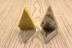 Fromage à tartiner triangulaire d'isolement sur le fond blanc photo libre de droits