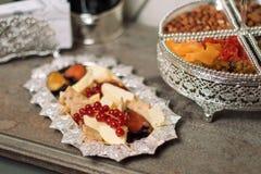 Fromage avec des apéritifs d'un plat argenté photo libre de droits