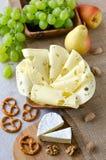 Fromage avec des fruits et des écrous Photos stock