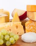 Fromage avec des raisins Images stock