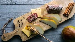 Fromage avec des tranches de poire Photographie stock