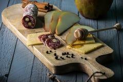 Fromage avec des tranches de poire Photo libre de droits