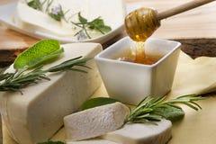 Fromage avec du miel Photos stock