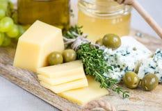 Fromage avec du miel et des raisins Images libres de droits