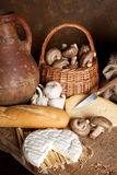 Fromage avec du vin et le pain images stock