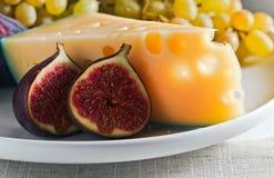 Fromage avec la figue et le raisin Image libre de droits