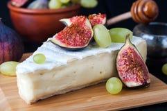Fromage avec la figue et le raisin photos libres de droits