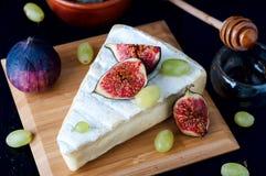 Fromage avec la figue et le raisin images libres de droits