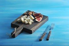 Fromage avec le dorblu de moule bleu sur un conseil en bois Pour ombrager le TAS images stock