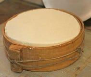 Fromage avec le moule en bois antique dans la laiterie d'une hutte de montagne Images libres de droits