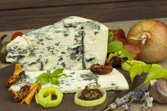 Fromage avec le moule sur une planche à découper en bois Préparation de fromage aromatique Fromage de stilton sur le panneau en b photos stock
