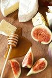 Fromage avec les figues et le miel Photographie stock libre de droits
