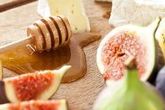 Fromage avec les figues et le miel Photographie stock