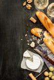 Fromage, baguettes et vin de camembert sur le noir Photos stock