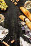 Fromage, baguettes et vin de camembert sur le noir Photo libre de droits