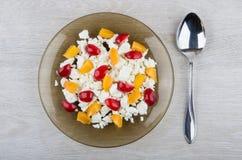 Fromage blanc avec des abricots et des merises dans le plat Photo libre de droits