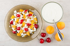 Fromage blanc avec des abricots et des merises et yaourt Photo libre de droits