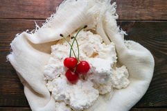 Fromage blanc avec des baies de cerise Image libre de droits