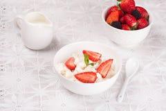 Fromage blanc avec des baies, des baies fraîches et le lait Image stock