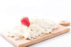 Fromage blanc avec des fraises sur un conseil en bois images stock