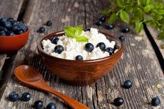 Fromage blanc avec la myrtille et la menthe pour le petit déjeuner Image stock