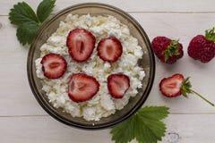 Fromage blanc avec les baies mûres, fraisiers communs Photo stock
