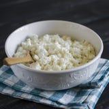 Fromage blanc dans une cuvette blanche Photos libres de droits
