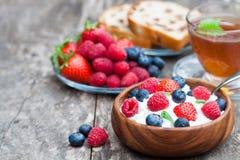 Fromage blanc de petit déjeuner sain avec les baies et le thé de mélisse photo stock