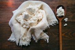 Fromage blanc domestique sur un fond en bois Photographie stock