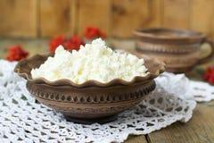 Fromage blanc et lait dans un pot d'argile Images libres de droits