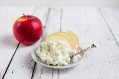 Fromage blanc, miel et Apple d'un plat Photographie stock libre de droits