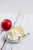 Fromage blanc, miel et Apple d'un plat Image libre de droits