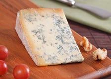 Fromage bleu avec des noix Photographie stock