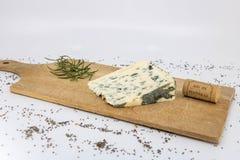 Fromage bleu de moutons d'Auvergne, bleu de l'Aveyron, fromage bleu sur la planche à découper en bois photo libre de droits