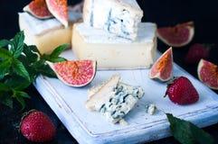 Fromage bleu et figues douces de fruit photographie stock libre de droits