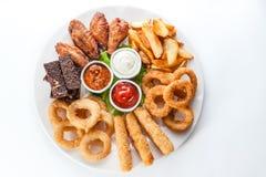 Fromage, croûtons et sauces grillés d'un plat rond sur le Ba blanc Photos libres de droits