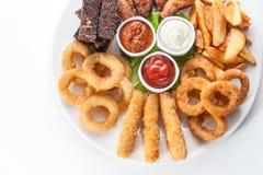 Fromage, croûtons et sauces grillés d'un plat rond sur le Ba blanc Photo libre de droits