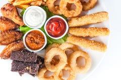 Fromage, croûtons et sauces grillés sur un pla rond Images libres de droits