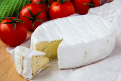 Fromage de brie avec des tomates-cerises photographie stock libre de droits