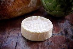 Fromage de camembert entier Photos stock
