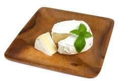 Fromage de camembert et basilic frais Photo stock